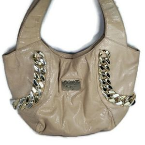 Serena William's beige snakeskin bag, gold links